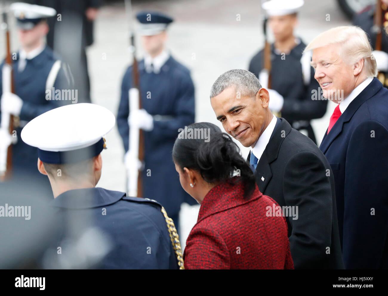 Le Président des Etats-Unis, Donald Trump sourit comme l'ancien Président des États-Unis, Barack Obama, Michelle Banque D'Images