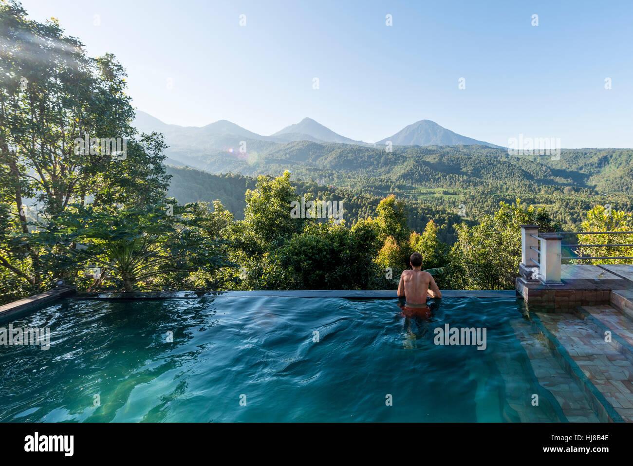 L'homme à la recherche sur le paysage, la piscine, Munduk, Bali, Indonésie Photo Stock