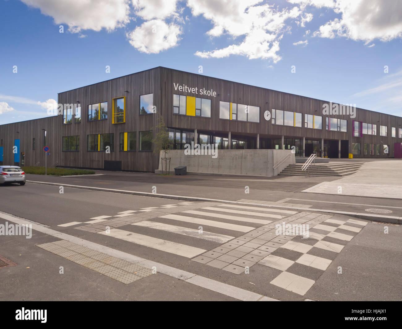 L'école Veitvet dans une banlieue d'Oslo en Norvège, l'architecture moderne avec des panneaux Photo Stock