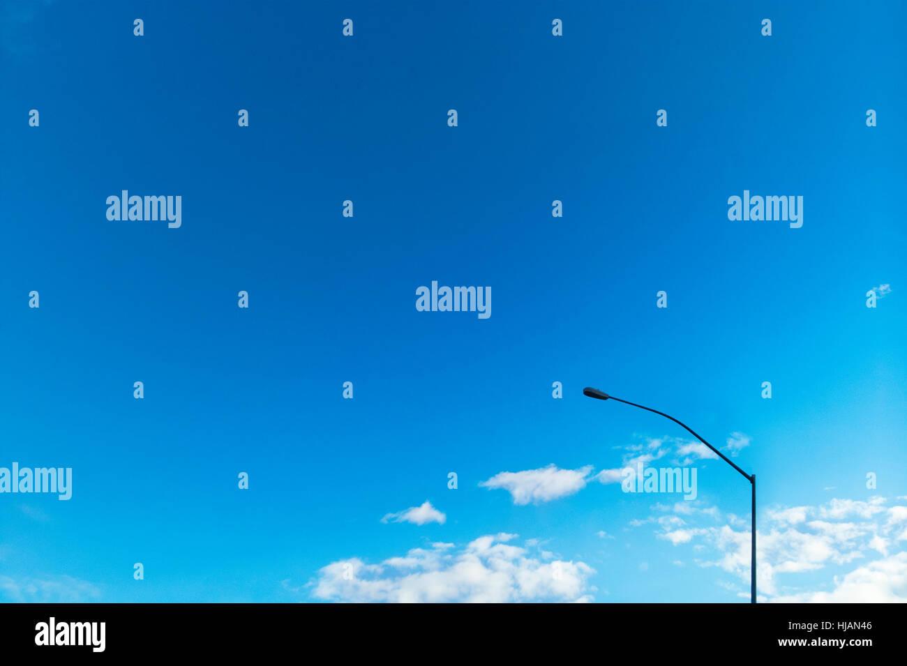 Lumière sur un poteau électrique jour bleu avec copie espace. Photo Stock