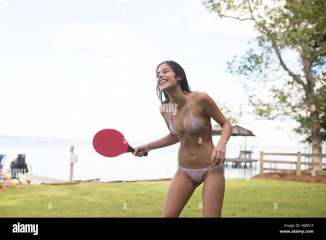 Young woman in bikini à jouer au tennis de table à l'autre, Santa Rosa Beach, Florida, USA Photo Stock