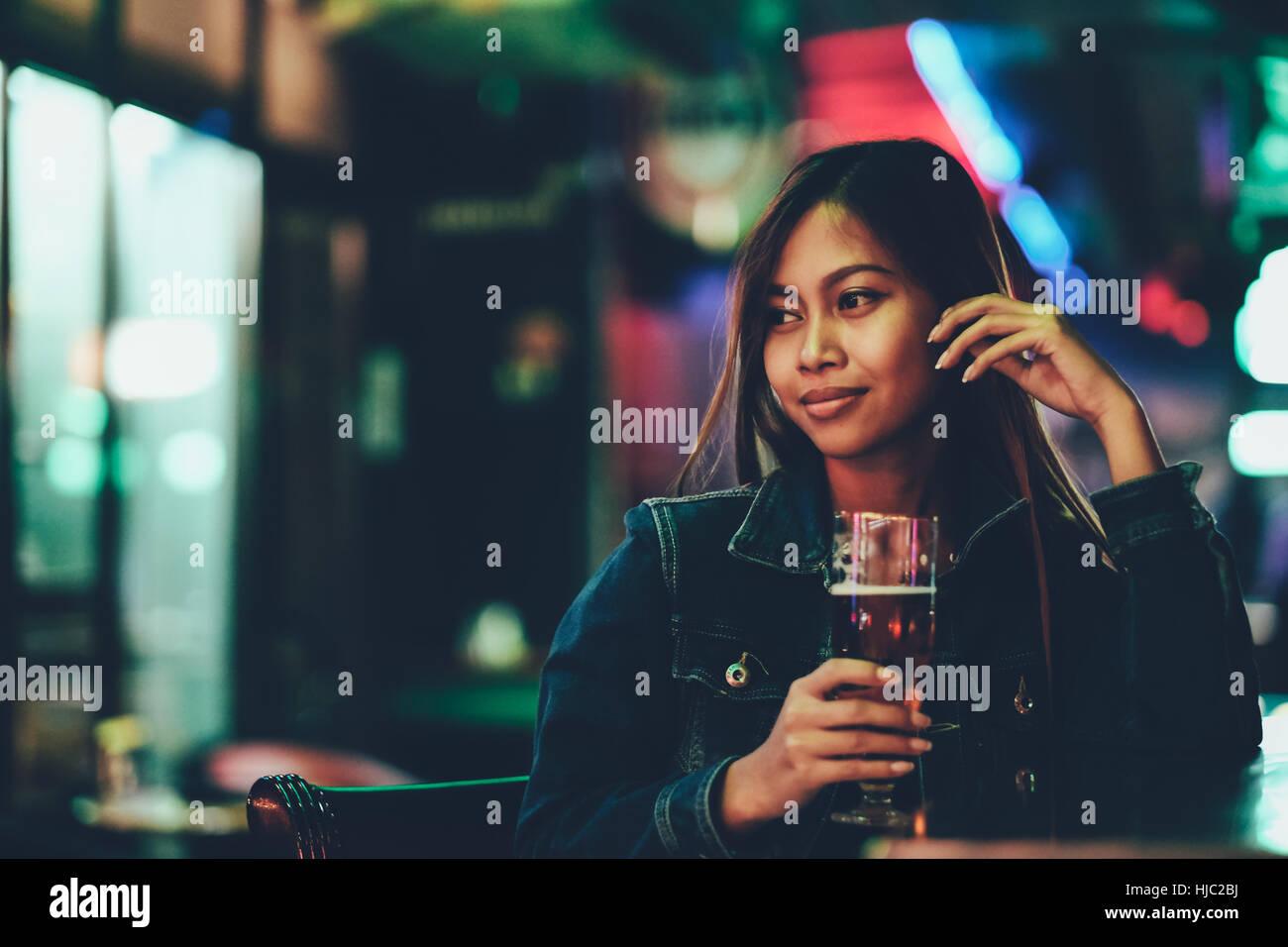 La vie nocturne, des profils girl en attente dans le bar bear Photo Stock