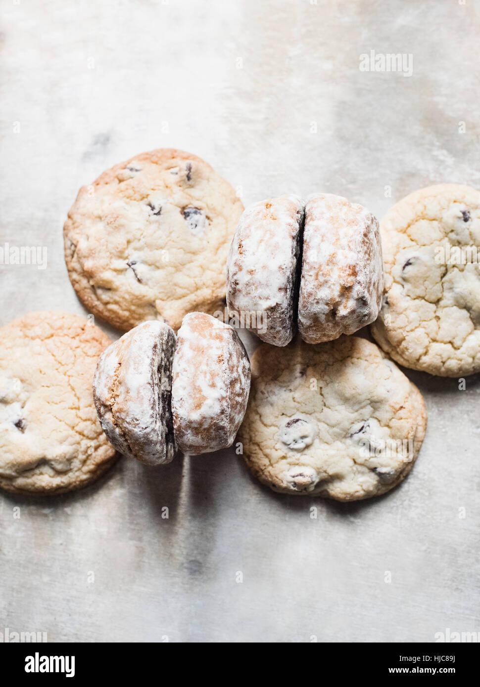 Vue de dessus de scones frais et cookies Photo Stock