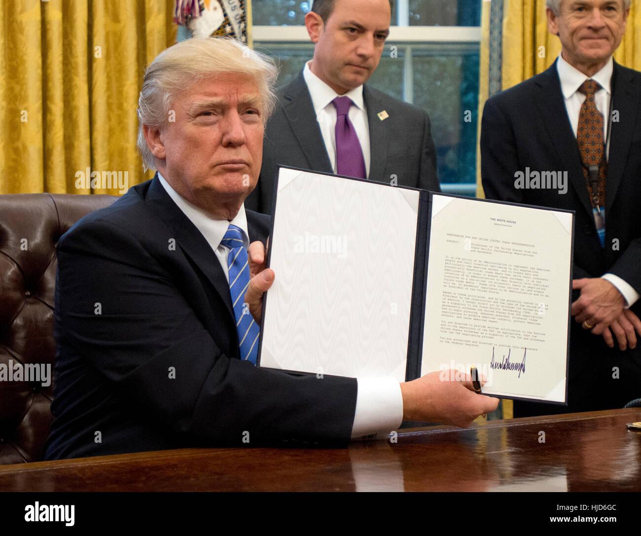 L'avortement à l'étranger. 23 Jan, 2017. Le Président des Etats-Unis, Donald Trump montre l'ordre exécutif de retirer Banque D'Images