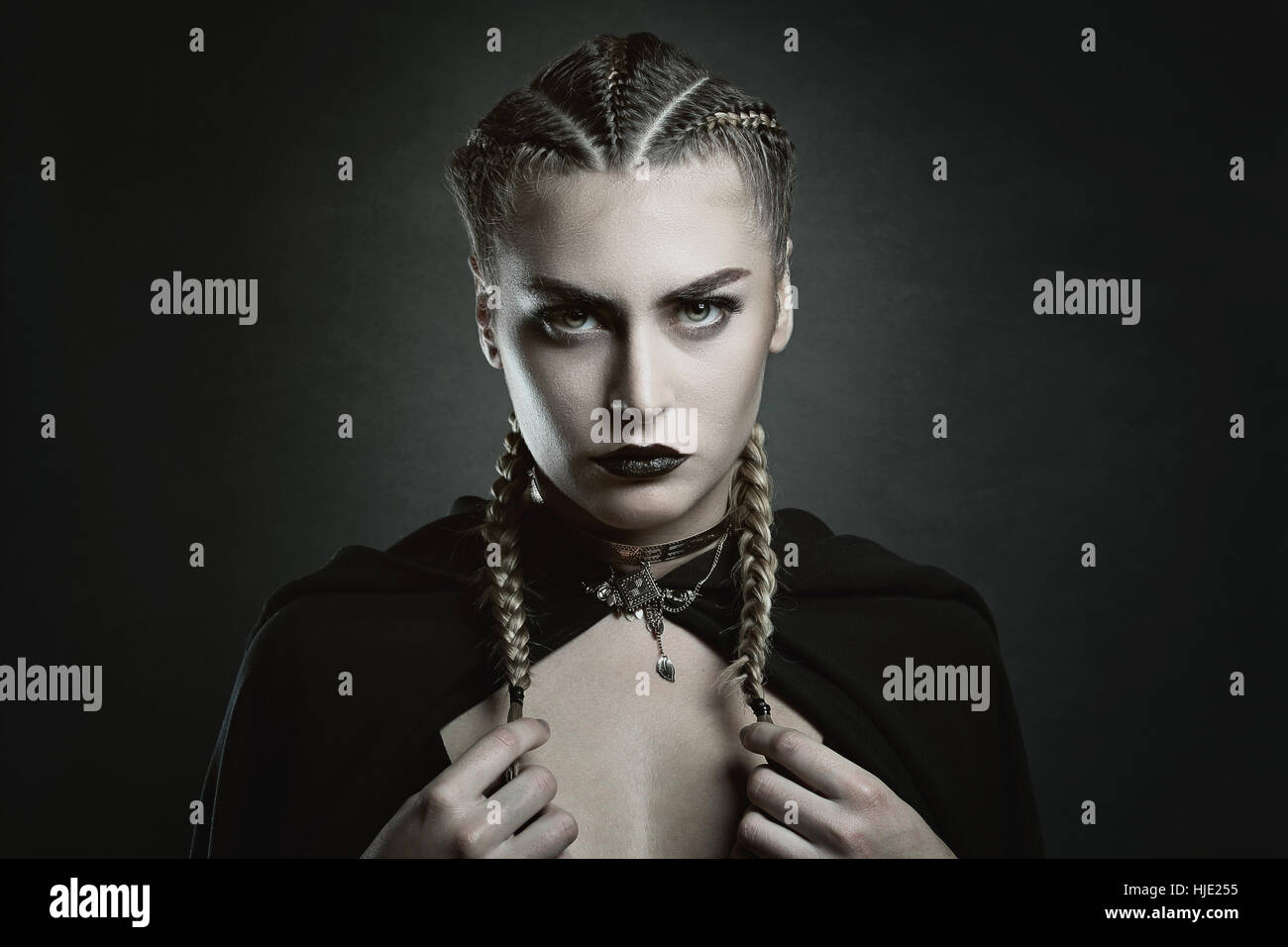 Fashion portrait d'une femme vampire . Horreur et Halloween Photo Stock