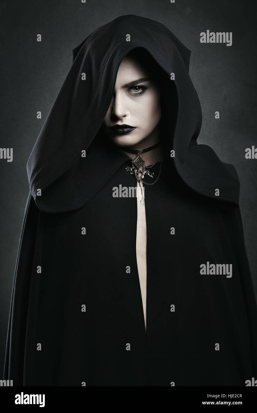Belle femme vampire avec cape noire . Horreur et Halloween Photo Stock