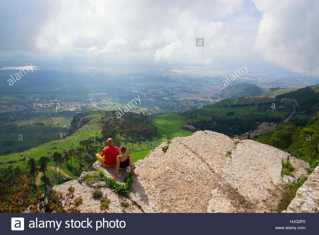 Les personnes bénéficiant d'une vue sur la montagne d'Erice, Trapani, Sicile, Italie Photo Stock