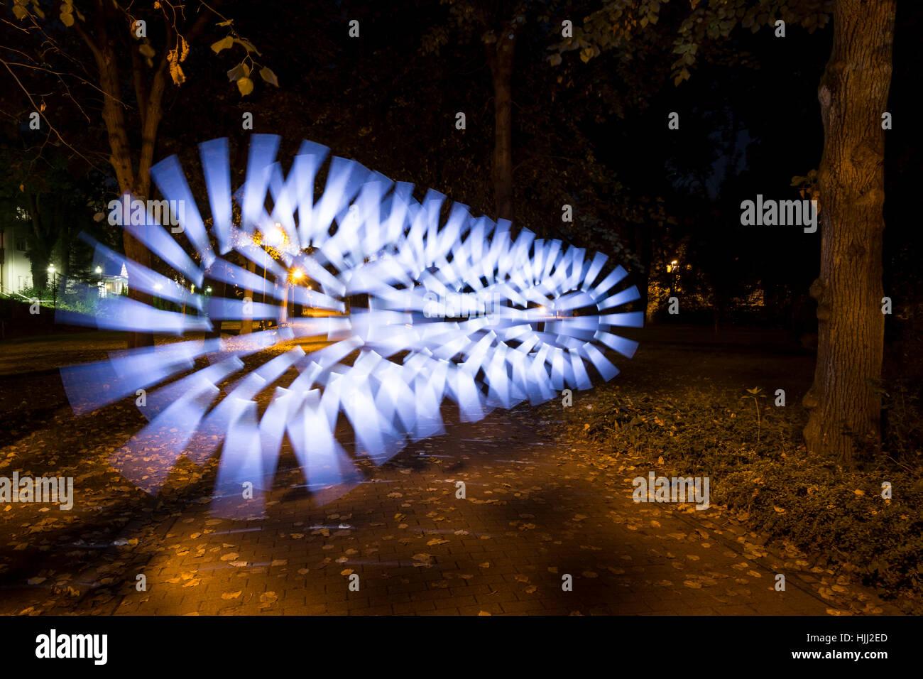 Peinture de lumière sur le chemin d'automne Banque D'Images