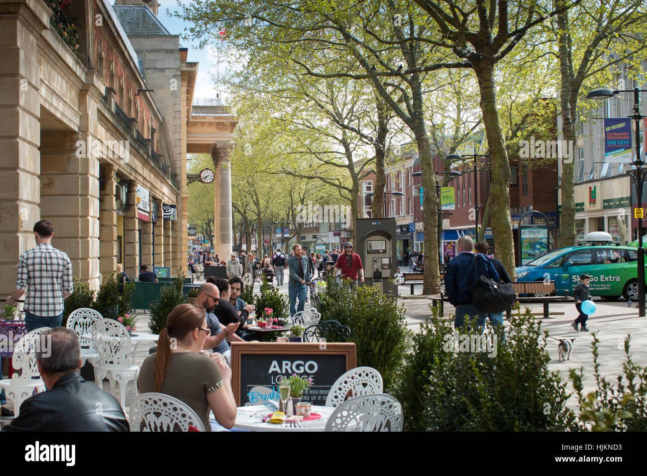 Cafe de la chaussée, le centre-ville de Peterborough, Cambridgeshire Photo Stock