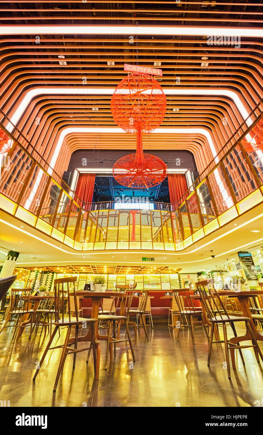Madrid Platea, gourmet food hall situé dans un ancien cinéma sur la Plaza de Colon. Madrid, Espagne. Photo Stock