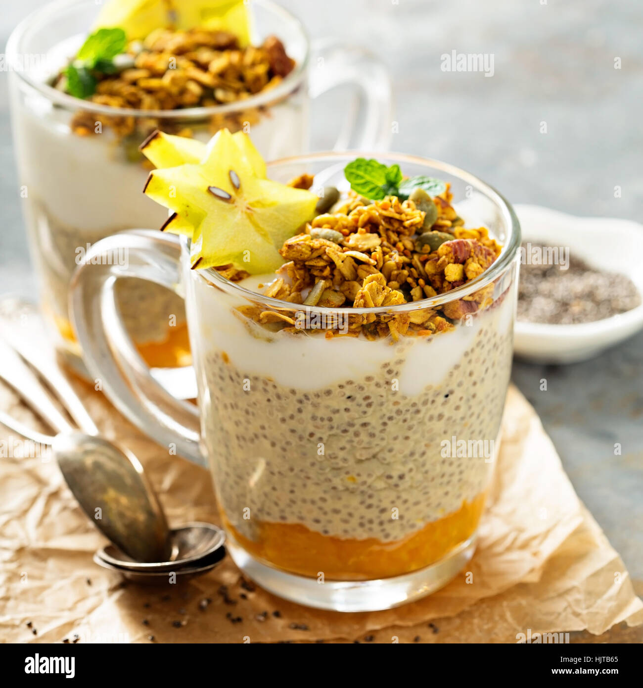 Chia pudding aux fruits exotiques et granola Photo Stock