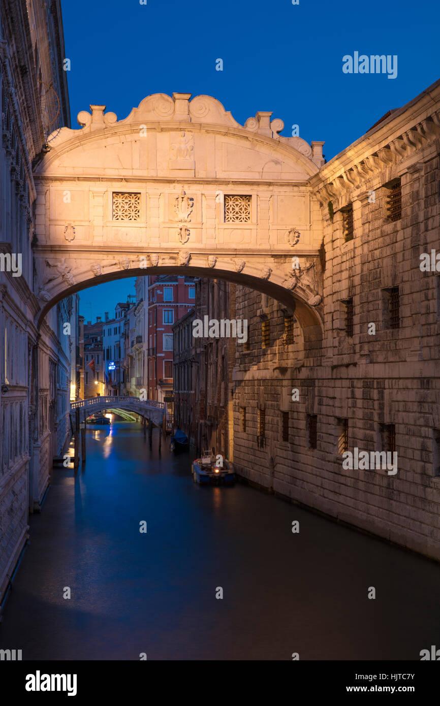 Crépuscule du matin sur le Ponte dei Sospiri - Pont des Soupirs, Venise, Vénétie, Italie Photo Stock
