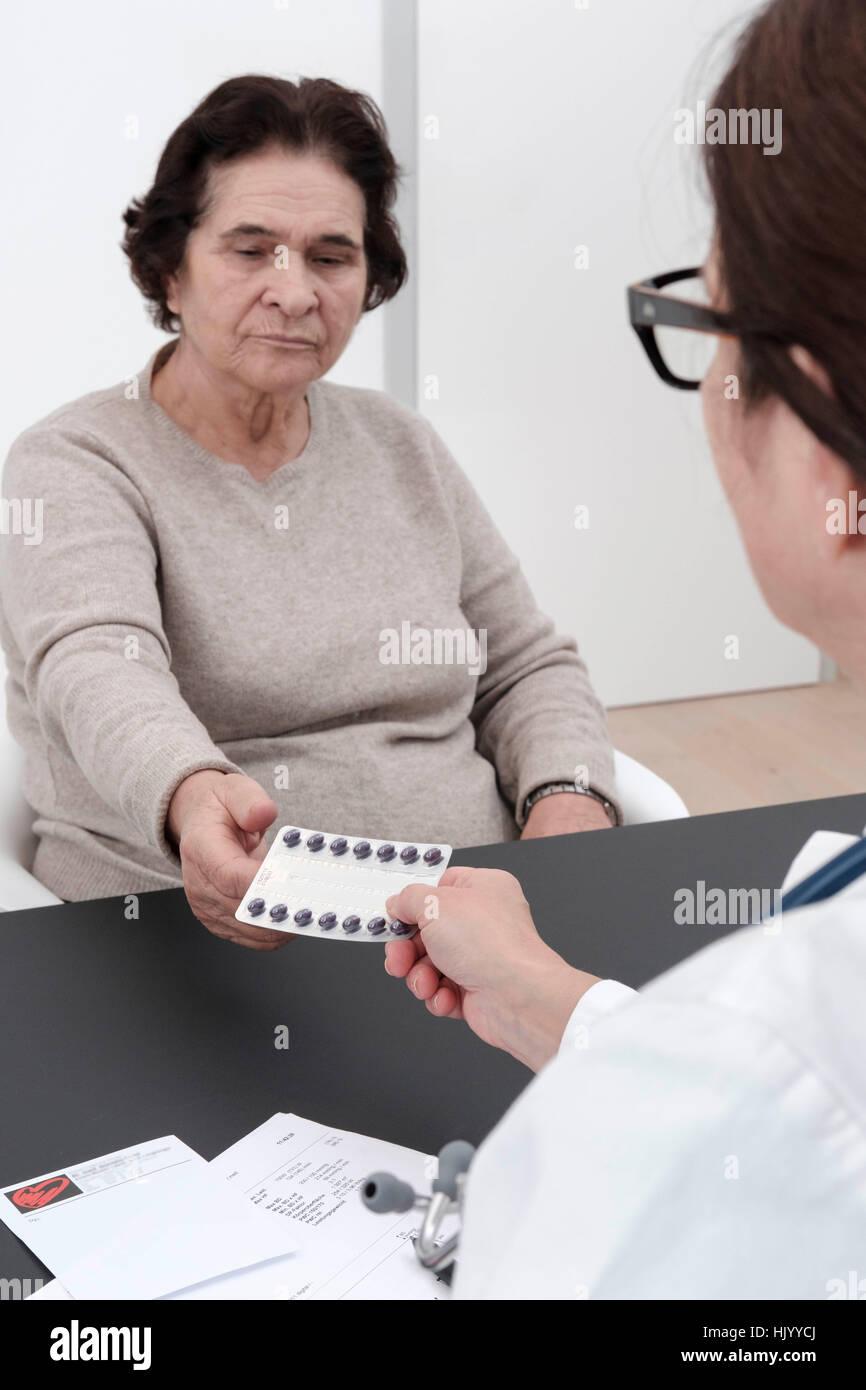 Médicaments de prescription des médecins à des patients de sexe féminin-selective focus Photo Stock