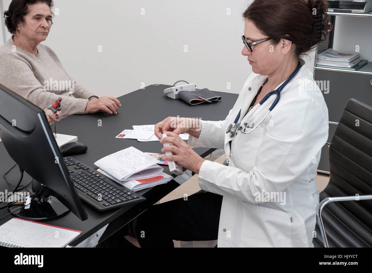 Médicaments de prescription des médecins à des patients de sexe féminin Photo Stock