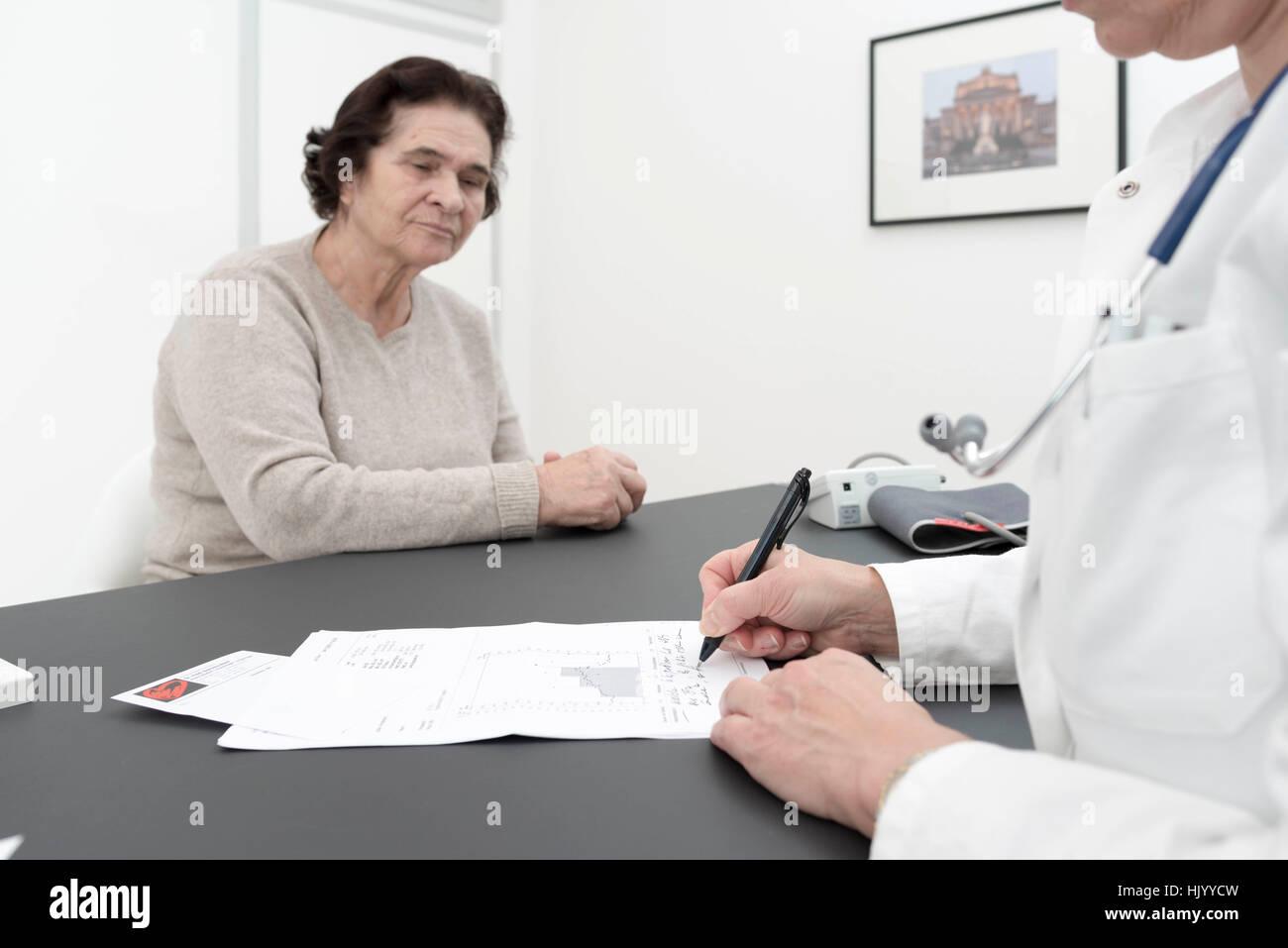 Médecin consultant senior female patient-cardiologue expliquant les résultats de l'ECG du patient Photo Stock