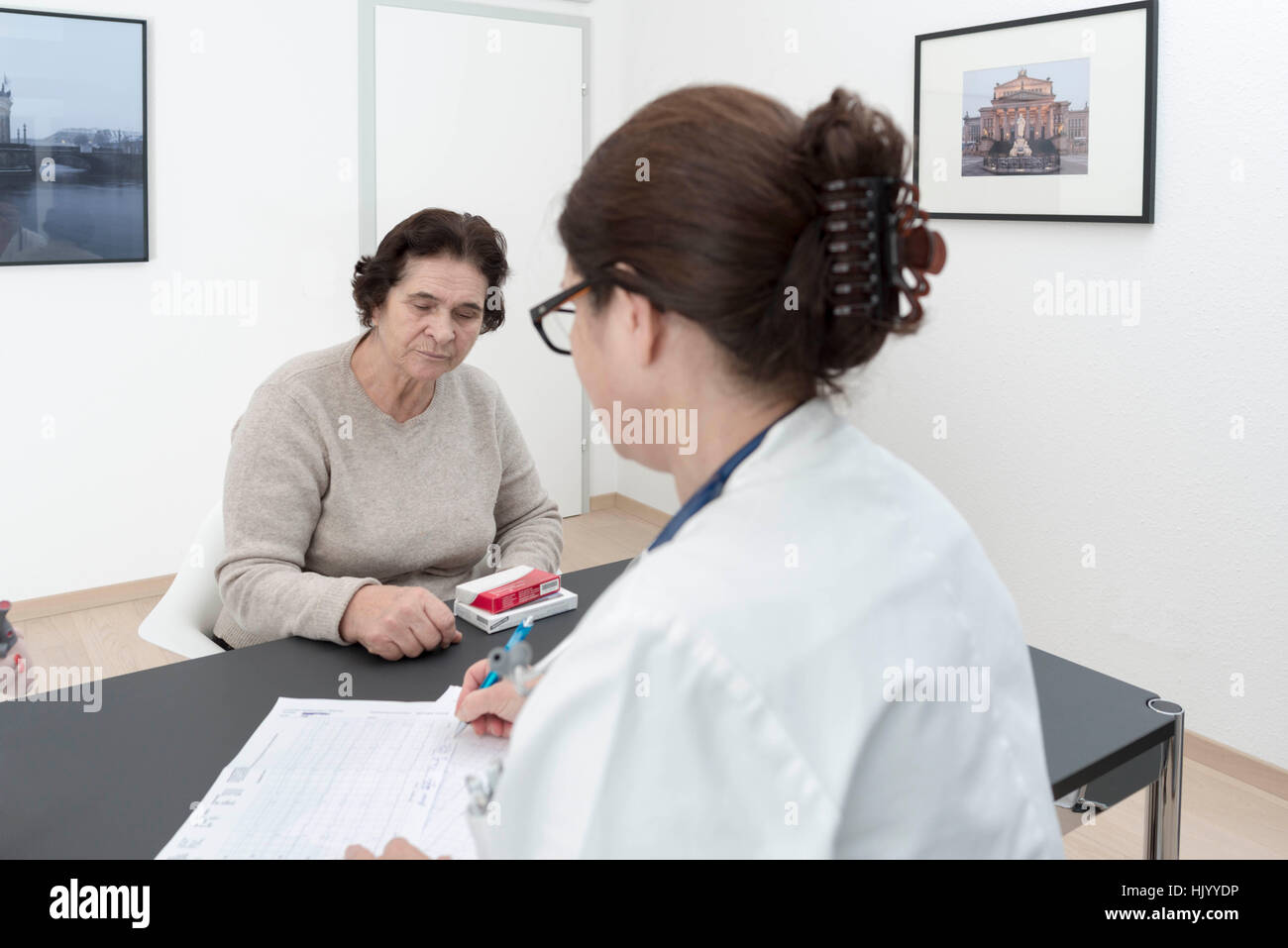 Médecin vous prescrit des médicaments pour les patients de sexe féminin Photo Stock