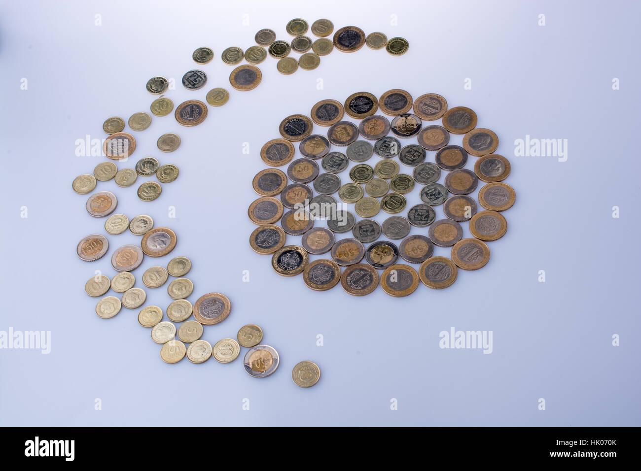 Lire turque forme un croissant de pièces autour d'un objet cercle sur fond blanc Photo Stock