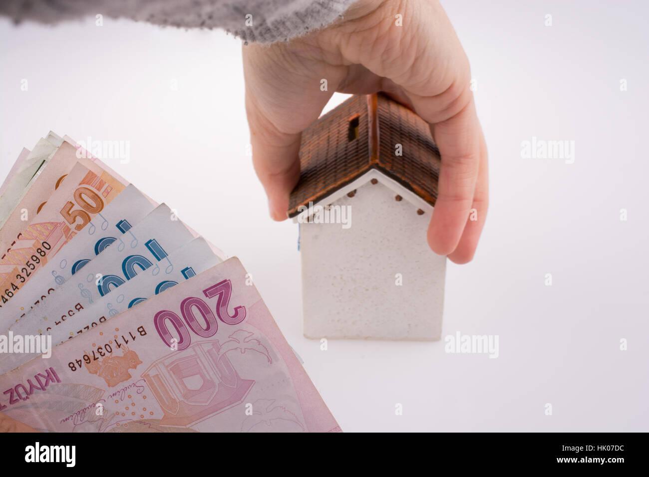 Main tenant un modèle interne par le côté de la livre turque, le fond blanc Photo Stock