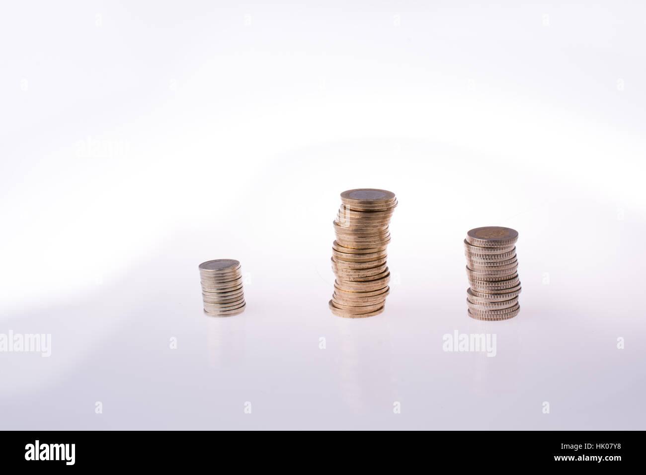 Lire turque de pièces sur trois piles sur fond blanc Photo Stock