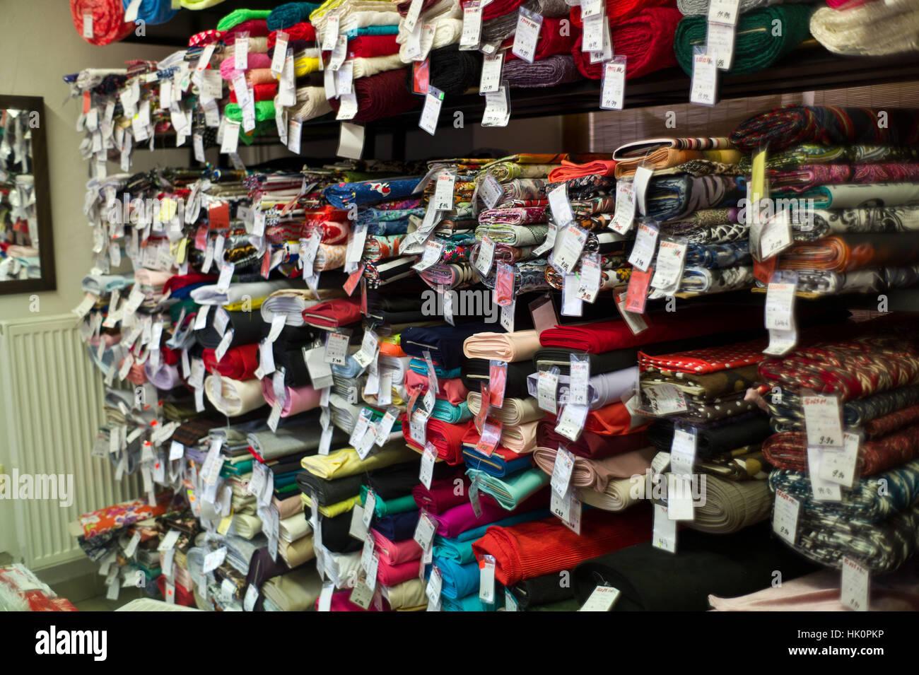 Rouleaux de tissu dans une boutique de mercerie dans Zamkey Slovaquie Jan 2017 Nove Photo Stock