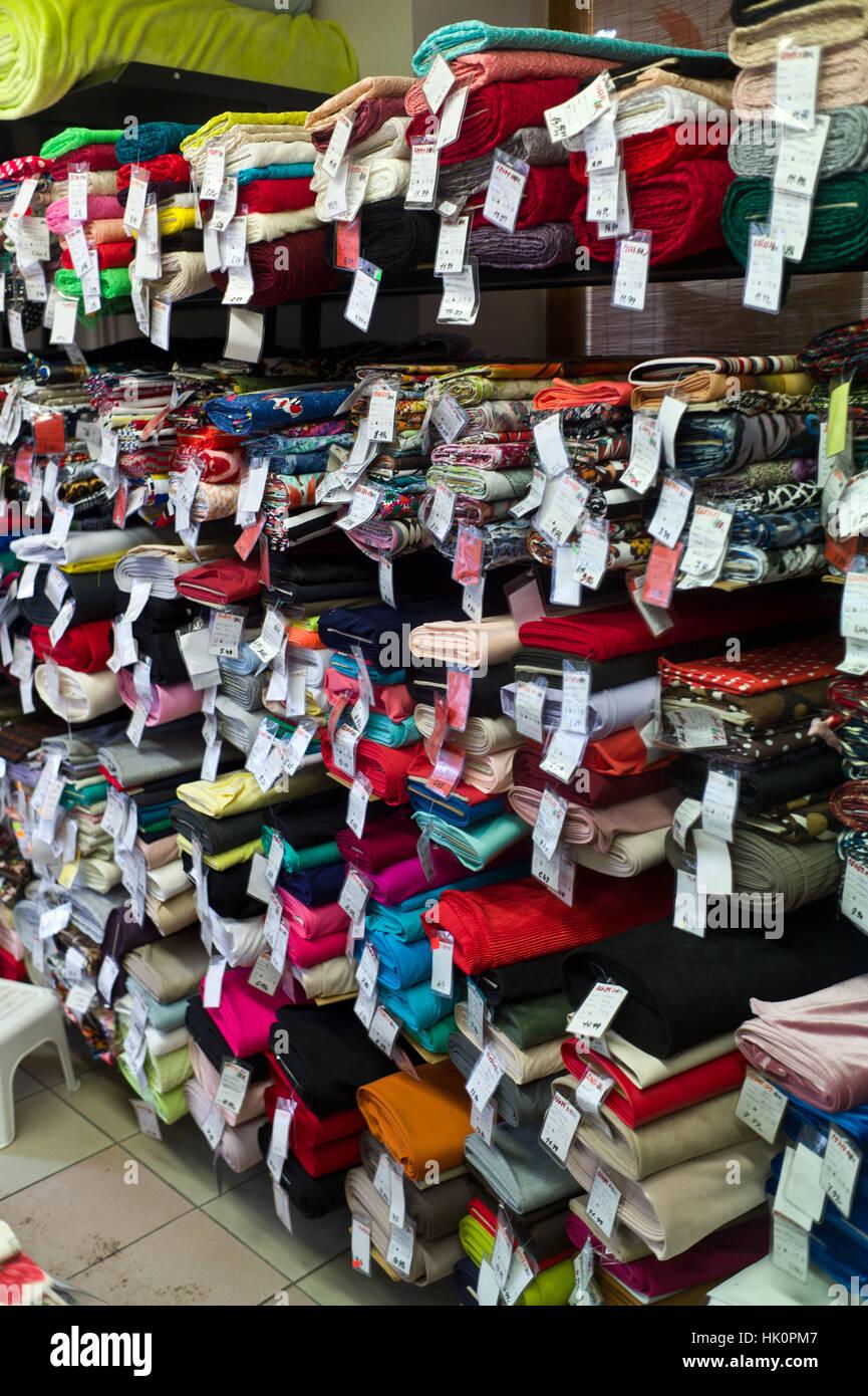 Le choix de tissu dans une boutique de mercerie dans Zamkey Slovaquie Jan 2017 Nove Photo Stock