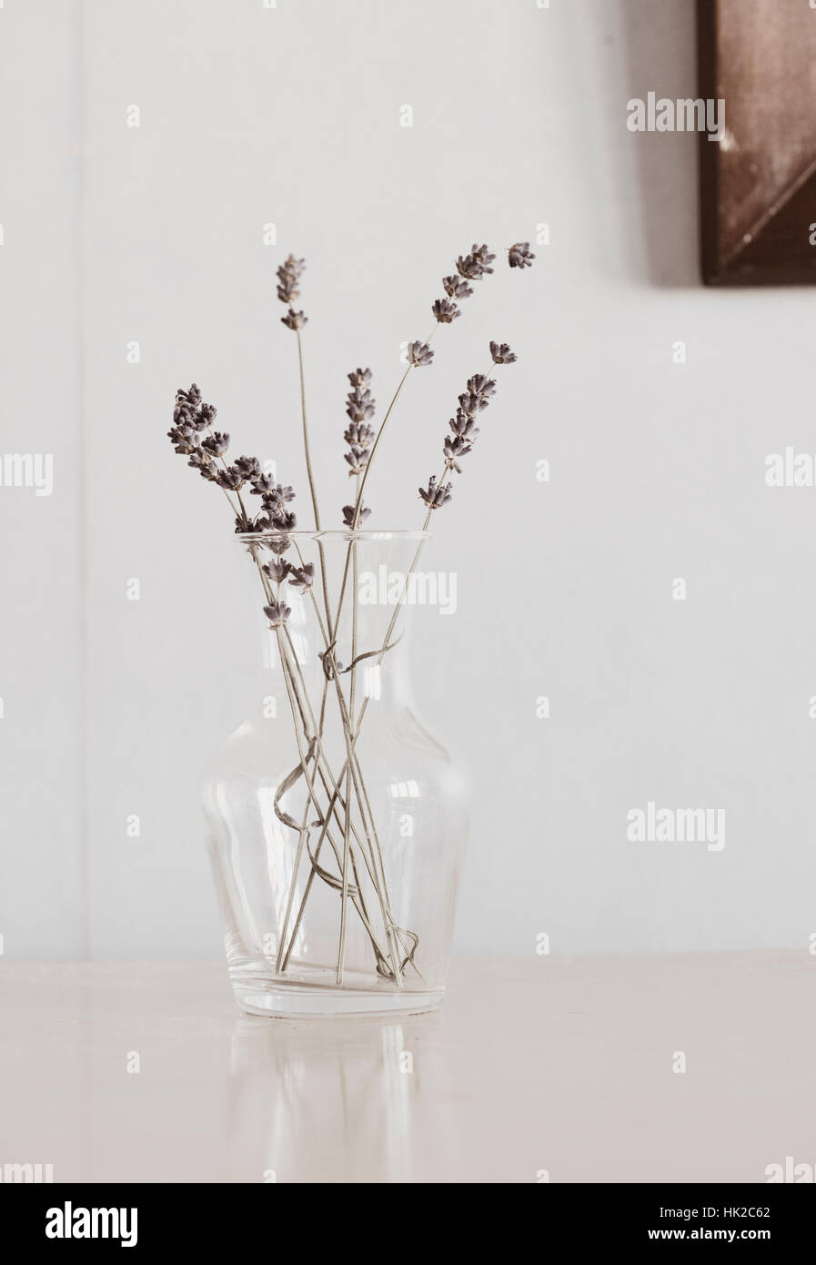 Fleurs de Lavande en vase en verre sur la table. Flower still life. Banque D'Images