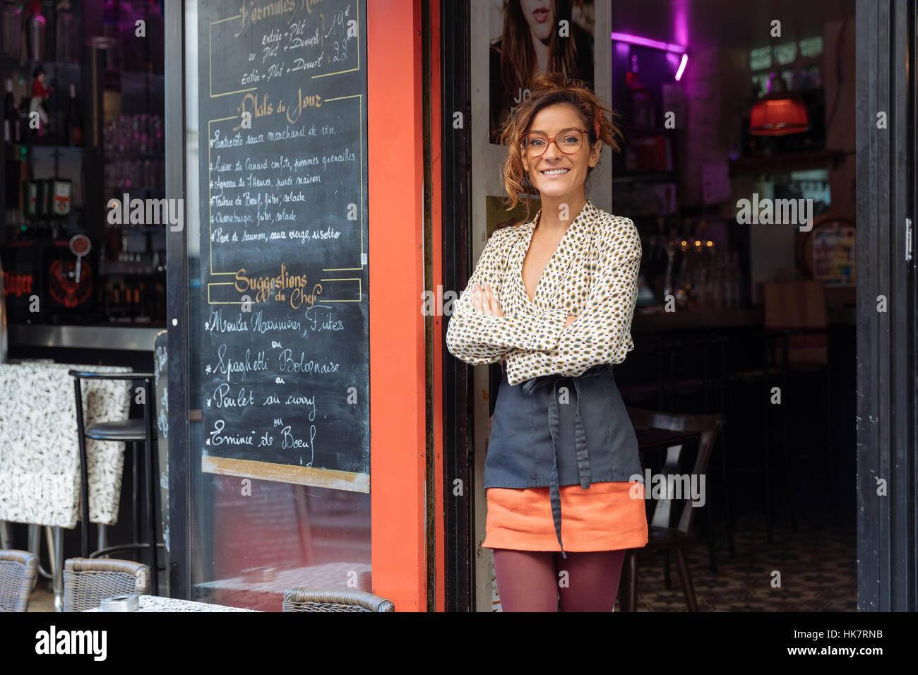 Entrepreneur et propriétaire d'un café à Paris Photo Stock