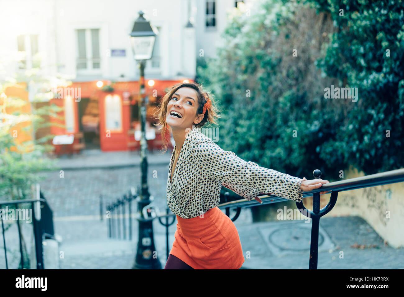 Paris, jolie femme visiter Montmartre Banque D'Images
