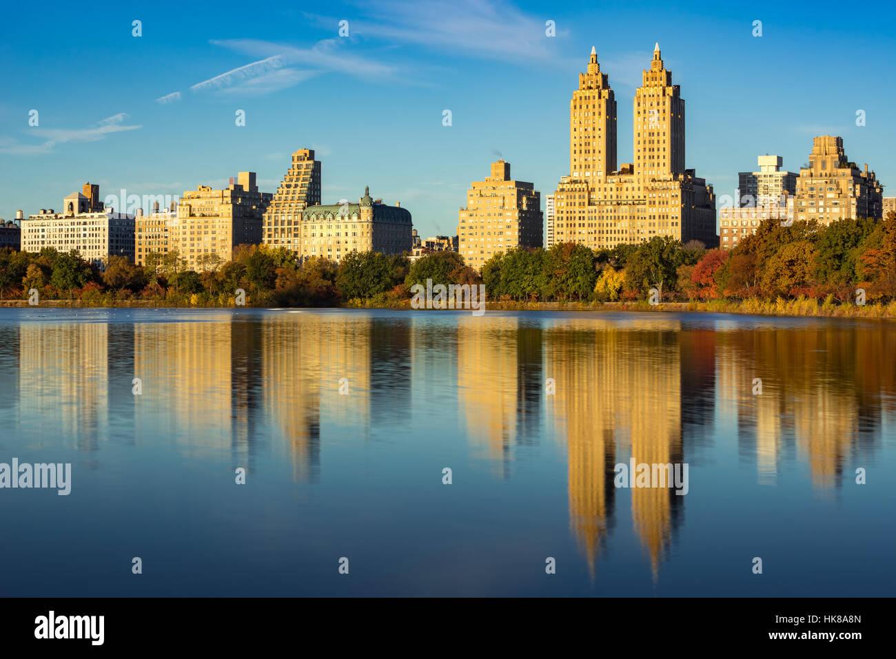 Upper West Side avec vue de Jacqueline Kennedy Onassis Reservoir et Central Park en automne. Manhattan, New York Photo Stock