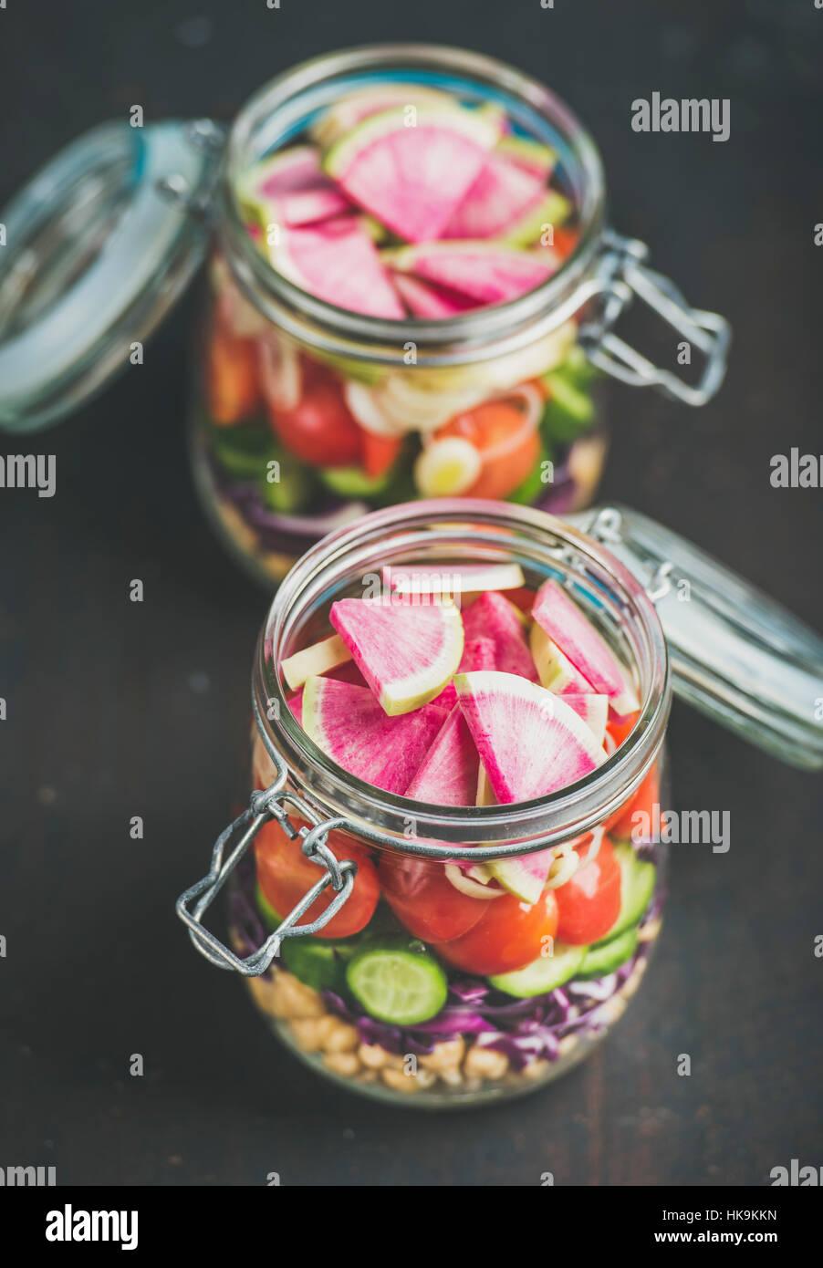 Déjeuner à emporter en bonne santé. Les légumes et les germes de pois chiches salade vegan en Photo Stock