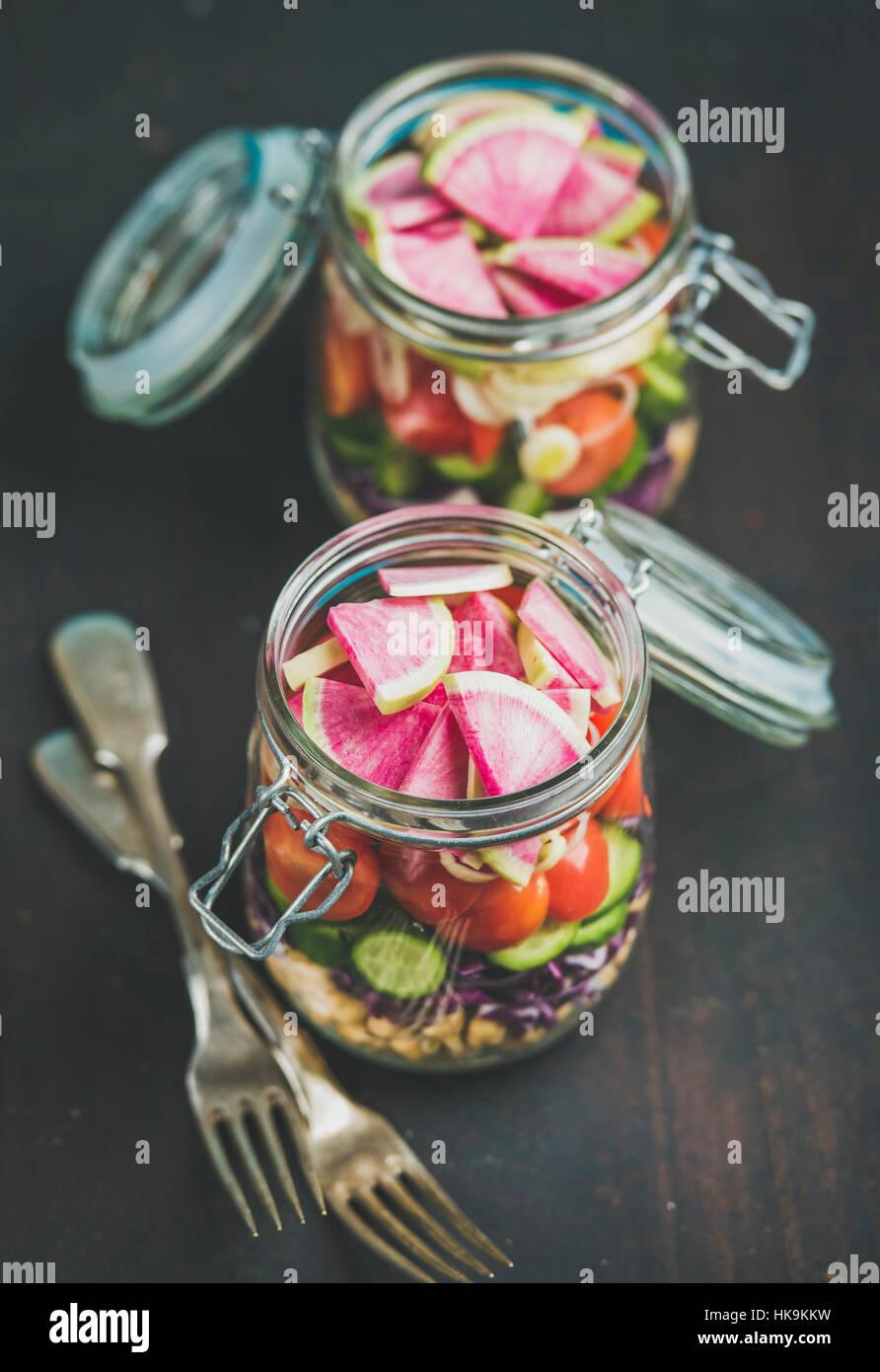 Déjeuner à emporter en bonne santé. Les légumes et les germes de pois chiches salade végétalienne Photo Stock