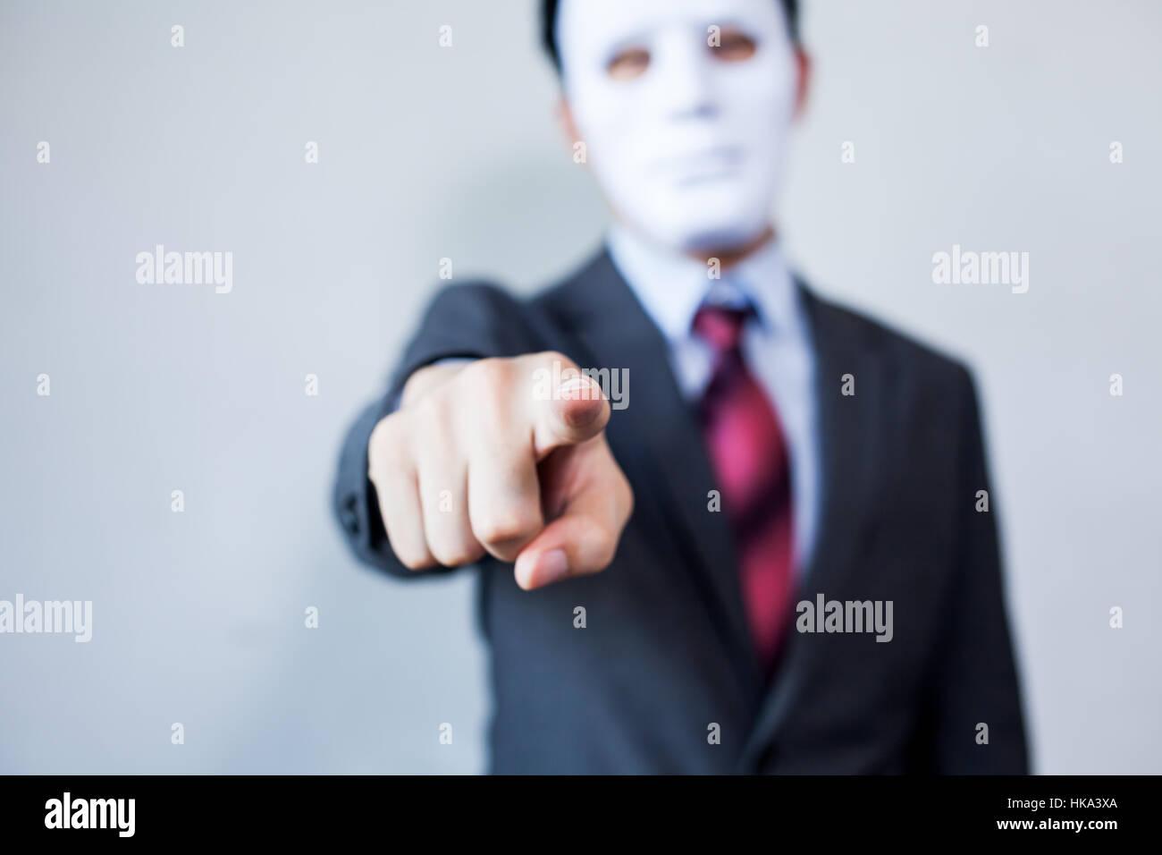 Dans Du Doigt Quelque Chose Tailleur Montrer L'homme Masque Blanc Au WDIH2EY9