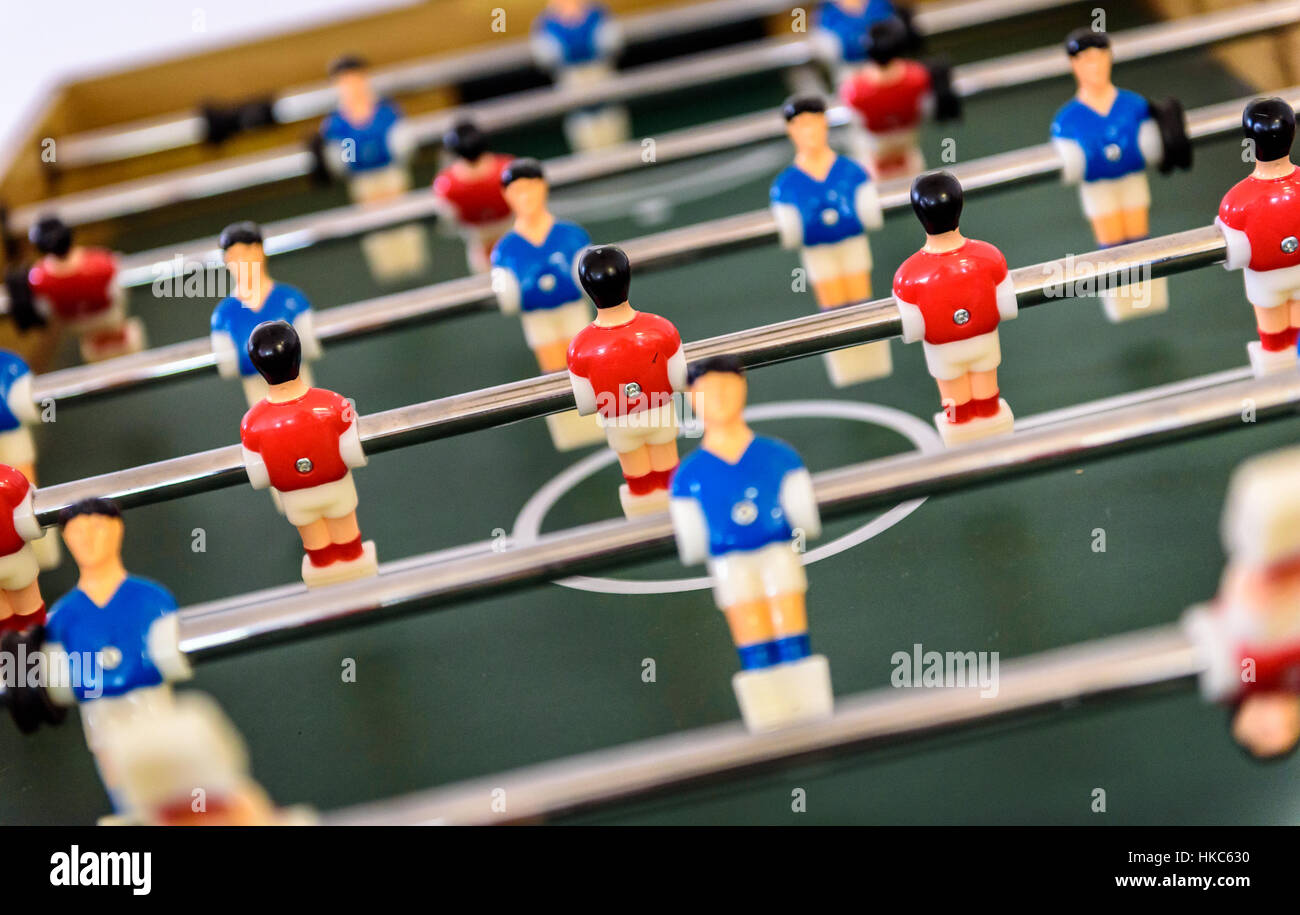 4f1db7ac39e479 Close up of baby foot Baby-foot jeu de chiffres. Jeu de Football Kicker  avec figurines bleu et rouge.