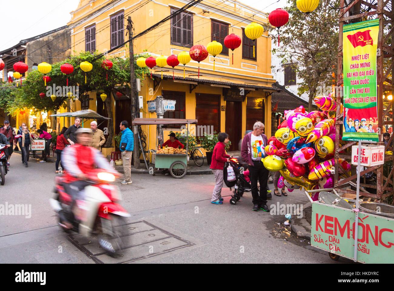 Hoi An, VIETNAM - 7 février 2016: une moto, capturé avec blurred motion, se précipite dans Photo Stock