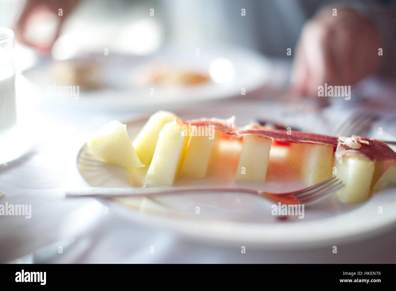 Le lard avec la tranche de pomme sur la plaque. alimentation, restaurant, fourchette, l'indulgence. Photo Stock