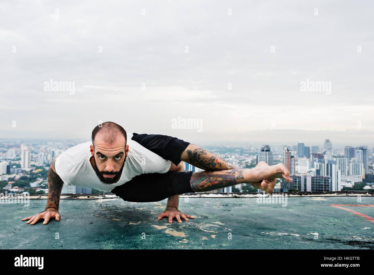 Pratiquer le Yoga Concept sur le toit de l'homme Photo Stock