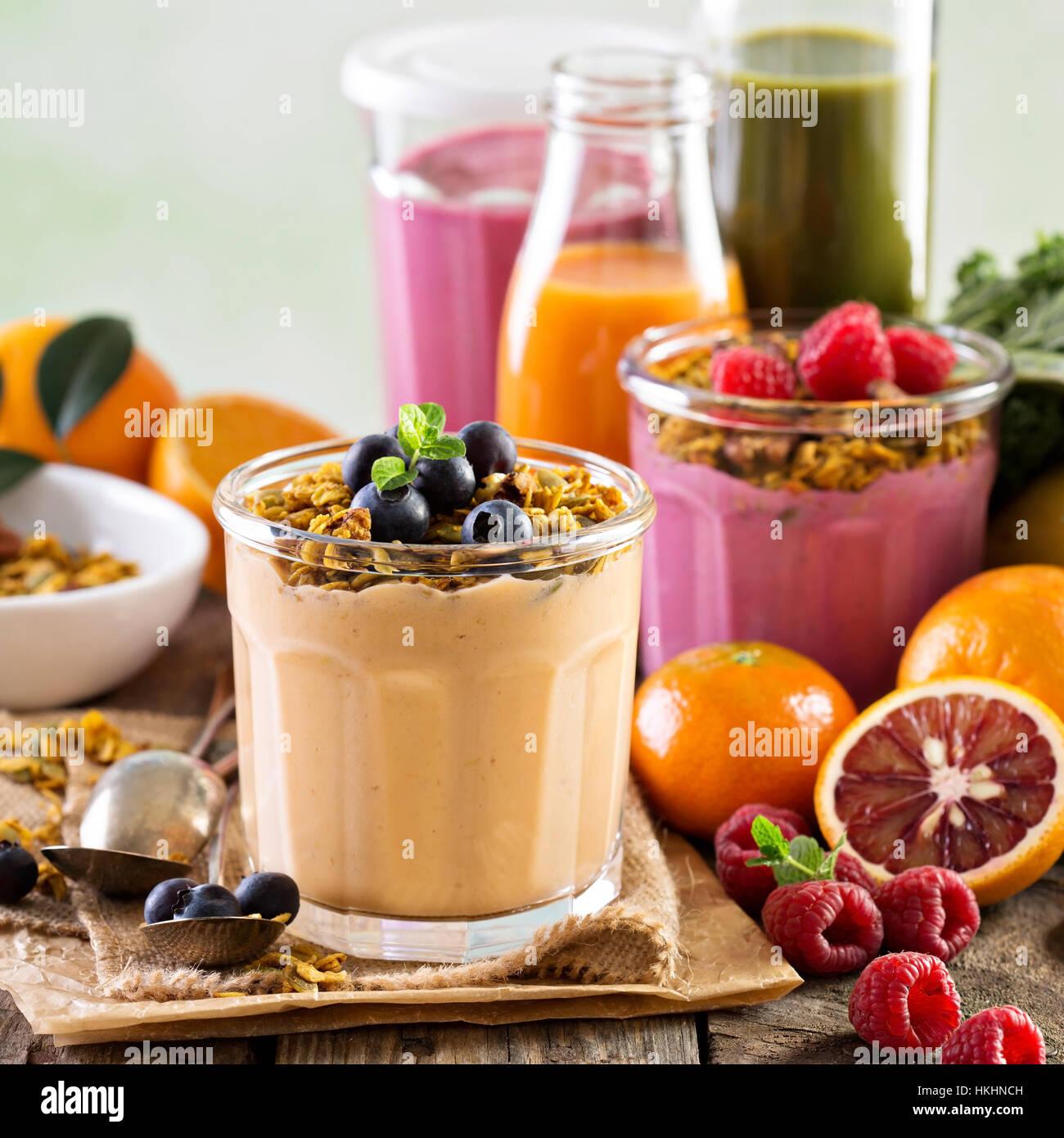 Smoothie mangue orange avec le muesli Photo Stock