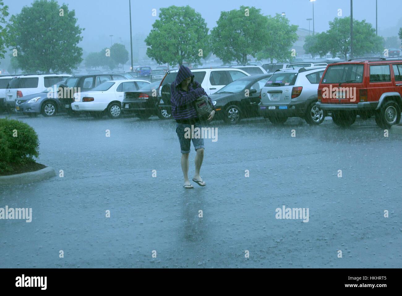 Femme marche dans une pluie d'été Photo Stock