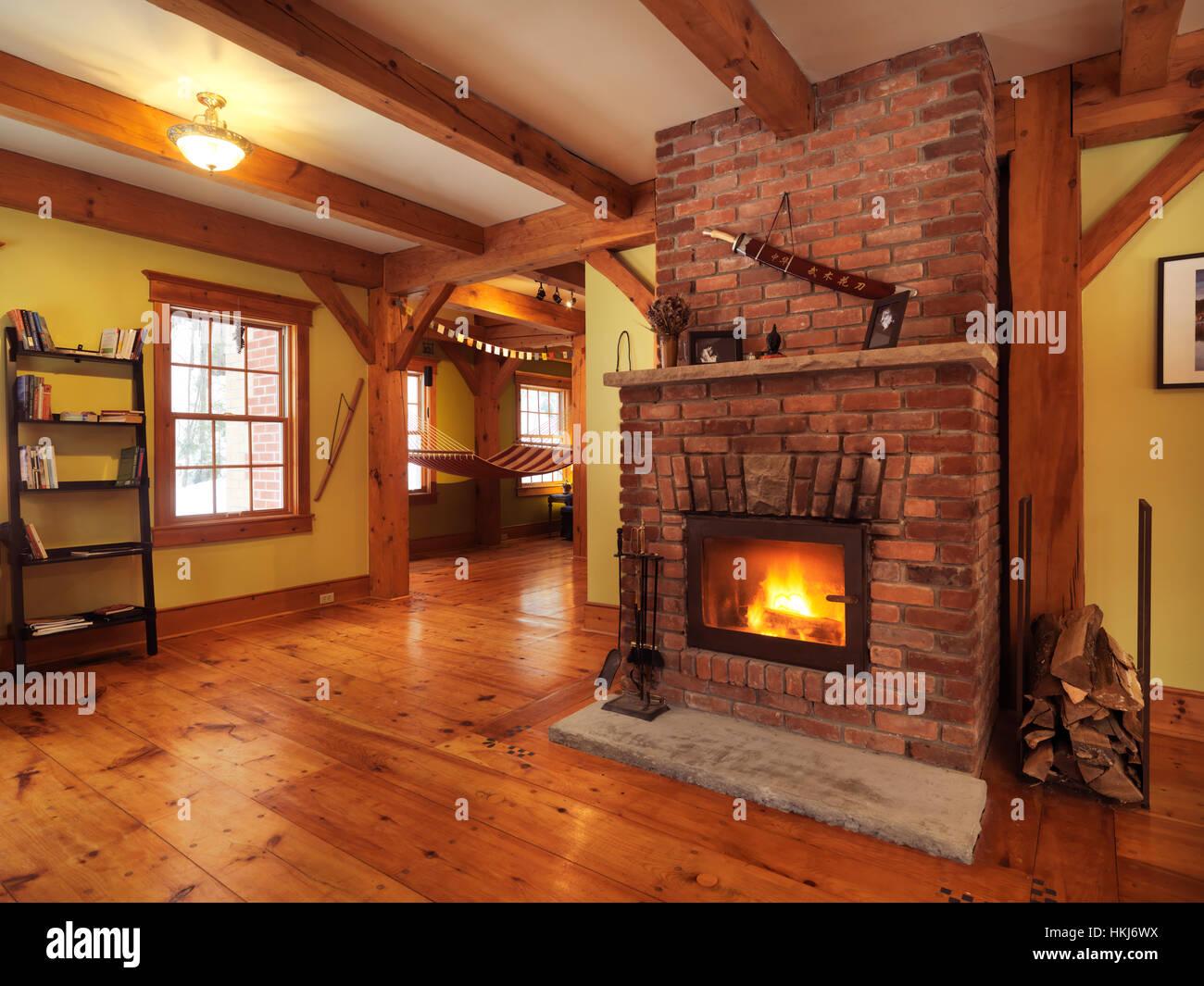 Chemin e bois dans une maison canadienne timberframe int rieur de salon muskoka ontario - Maisons canadiennes ...