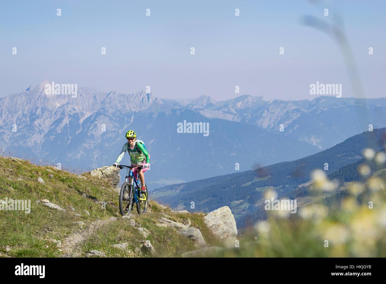 Vélo de montagne équitation sur la pente, Zillertal, Tyrol, Autriche Banque D'Images