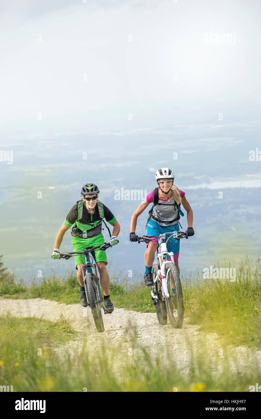 Les cyclistes de montagne à vélo dans la nature, en montée, Bavière, Allemagne Kampenwand Banque D'Images