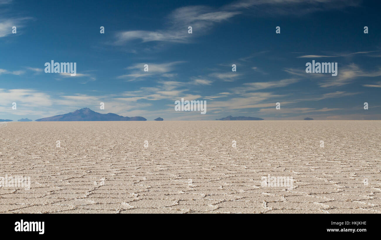 Mirage de la montagne au Salar de Uyuni, Altiplano, Bolivie Photo Stock