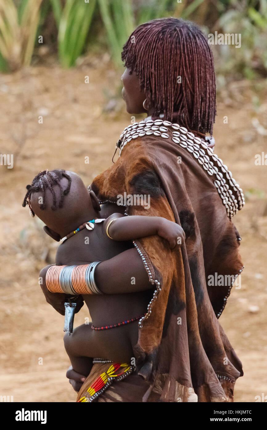 Tribu Hamar woman carrying baby à Hamar, village du sud Omo, Ethiopie Banque D'Images