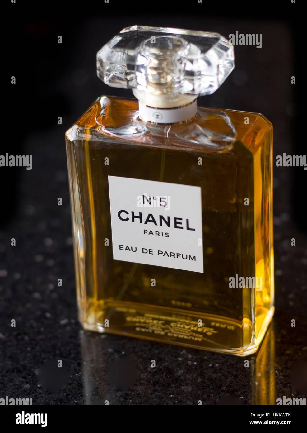 flacon de parfum chanel num ro 5 banque d 39 images photo. Black Bedroom Furniture Sets. Home Design Ideas