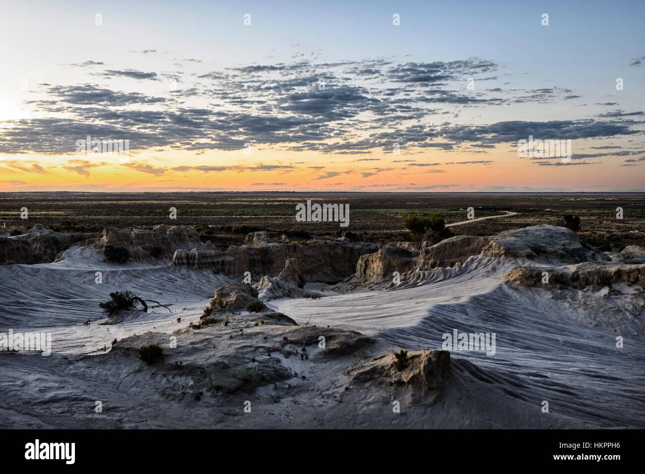 Coucher du soleil sur les spectaculaires formations rocheuses érodées de la Lunette, Mungo National Park, Photo Stock