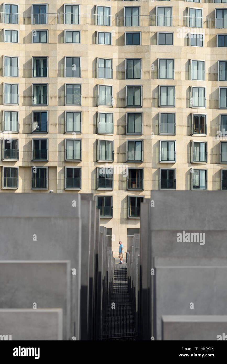 Berlin. L'Allemagne. La Behrenstraße façade de DZ Bank Building, et le Mémorial aux Juifs assassinés Photo Stock
