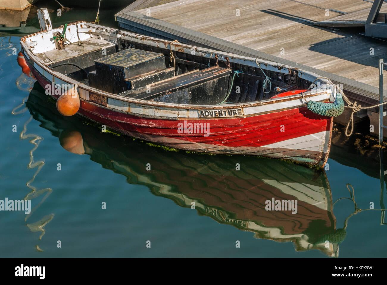 Rouge petit bateau de pêche, nommé 'aventure' dans le port de Scarborough sur la côte de Photo Stock