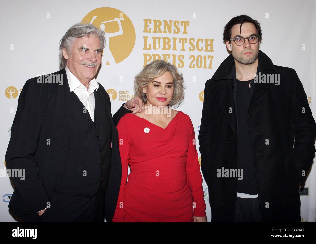 Berlin, Allemagne. 29 janvier, 2017. L'acteur Peter Simonischek, sa femme Brigitte Karner et fils Max arrivent à la cérémonie de remise des prix de l'Ernst Lubitsch Award au cinéma Babylon à Berlin, Allemagne, 29 janvier 2017. Photo: XAMAX/dpa/Alamy Live News Banque D'Images