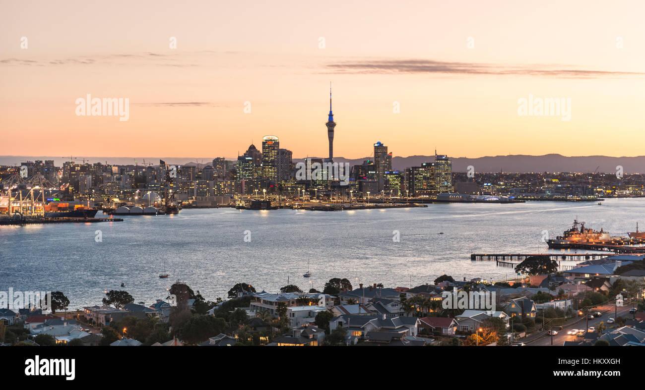 Le coucher du soleil, le port de Waitemata, Sky Tower, gratte-ciel skyline, Central Business District, Auckland, Photo Stock
