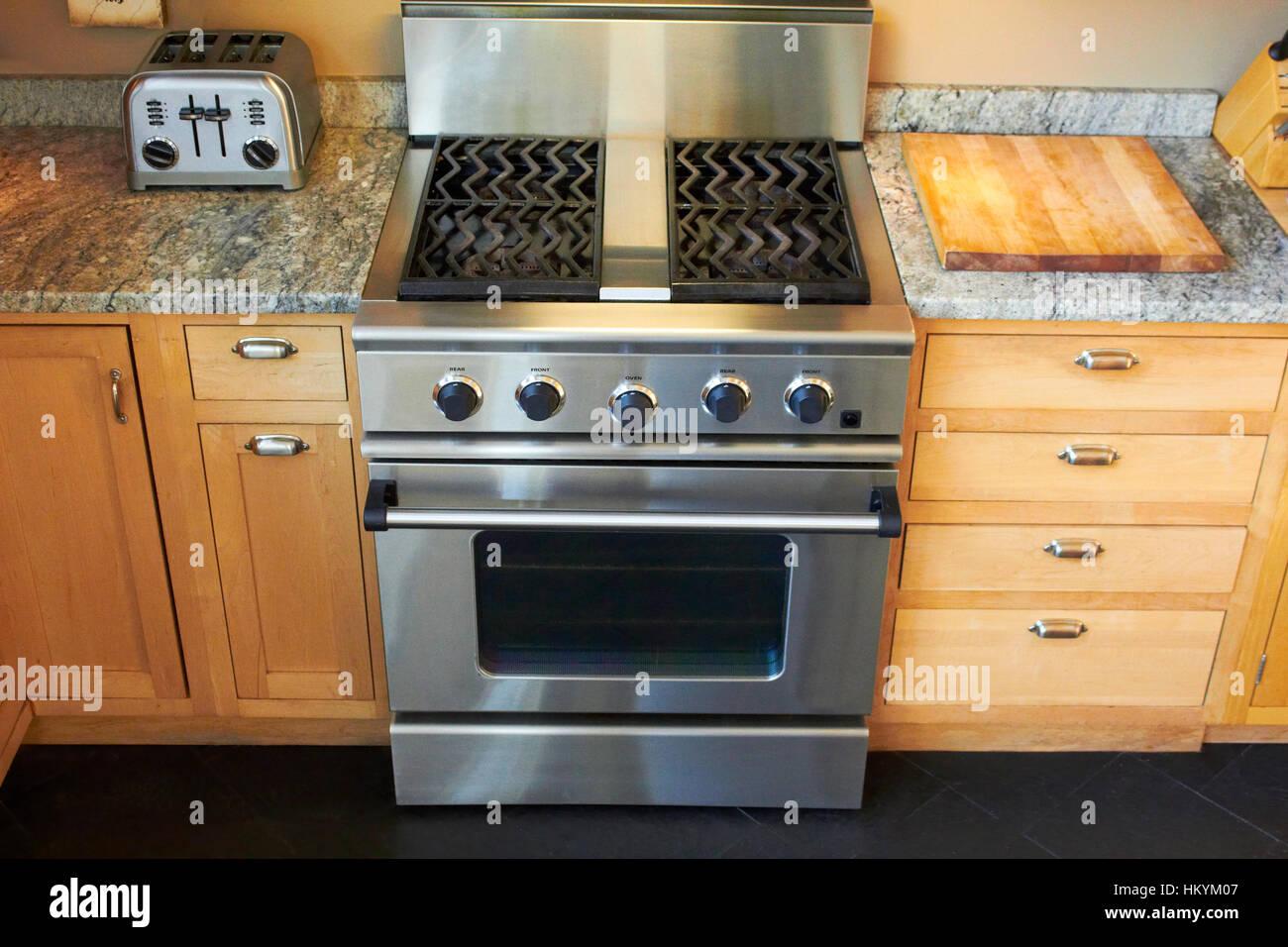 Cuisinière à gaz et four dans la cuisine Banque D'Images